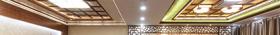 新派复式吊顶是将天花造型、集成灯槽、边线、专用转角灯、转接件、集成组合照明、电器电料等模块制作成标准规格的可组合式模块,采用边沿浮雕45度黄金坡面设计、8cm极限垂直高度、全局特色的多元化复式组合、融入式电器模块架构方案、人性化中央空调组合梁设计、挑战技术的艺术创新等六大革新再次颠覆复式吊顶行业,真正呈现 出一款革命性的创新型复式吊顶所具有的风范。一站式整体装修,私人定制,更气派,更专业!完全颠覆传统装修效果。
