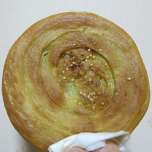 产品介绍 涂记油酥饼最大的特色就是先煎后烤才更酥脆,炉子是经过多年