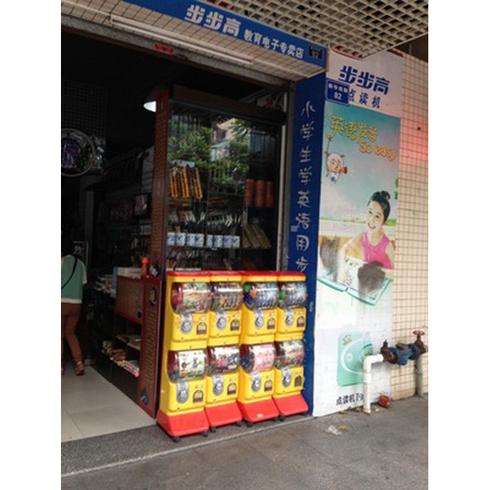 各类店铺旁乐淘自动售货机