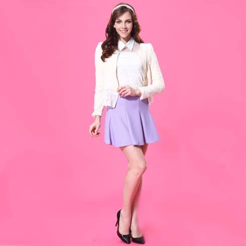 艾丽哲女装蕾丝娃娃领打底衫搭配浅紫色褶皱多边裙