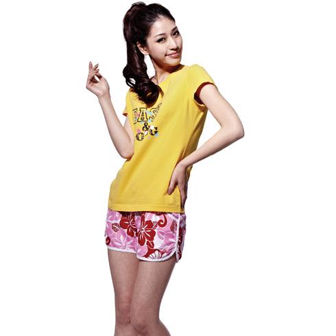 捷路运动服装-浅黄色上衣花纹图案玫红色短裤搭配