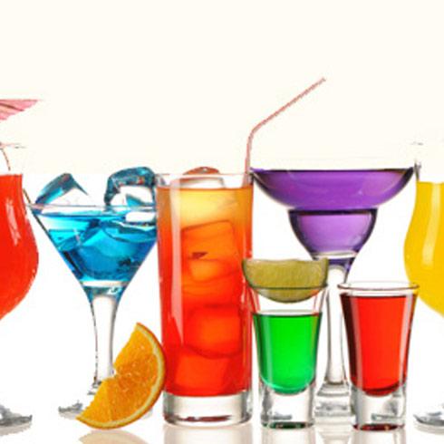 闷热的夏天,来一杯消暑解渴的鲜榨果汁吧,不仅能促进消化,增进食欲