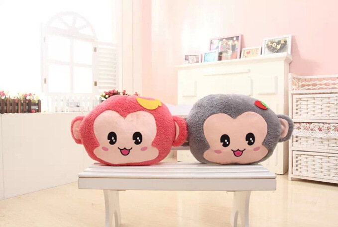 可爱两用悠喜猴暖手抱枕靠垫毛绒玩具猴年吉祥物