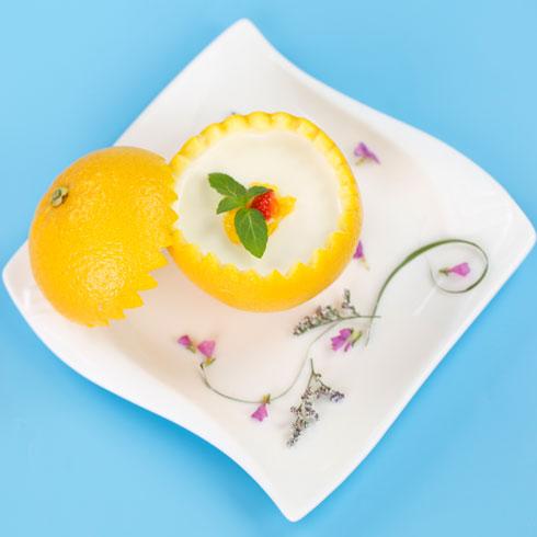 店内创意推出柠檬冰淇淋,用柠檬代替杯子,造型时尚,同时也吸收了柠檬