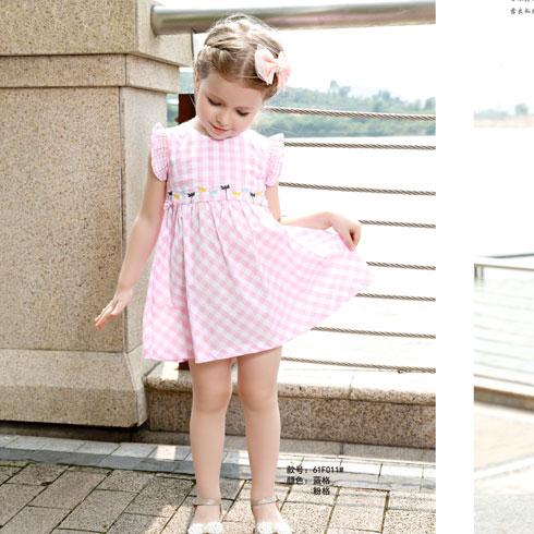 上身简单的印花图案不失时尚,下身则是纱裙,可爱公主范十足,将女孩