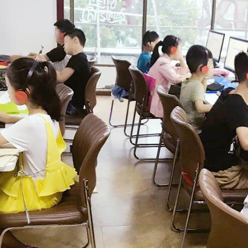 顺势智能英语教育-学生学习讨论场景